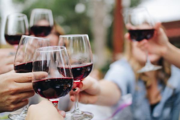 Rotwein Weingläser Anstoßen