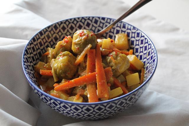 Rosenkohl Curry Möhren Kartoffeln Eintopf blaues Geschirr