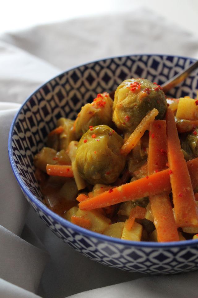 Saison Rezept: Rosenkohl Curry mit Möhren und Kartoffeln